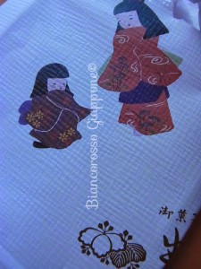 Il delicato incarto con due bamboline e i 紋 mon di una pasticceria di Sagamihara