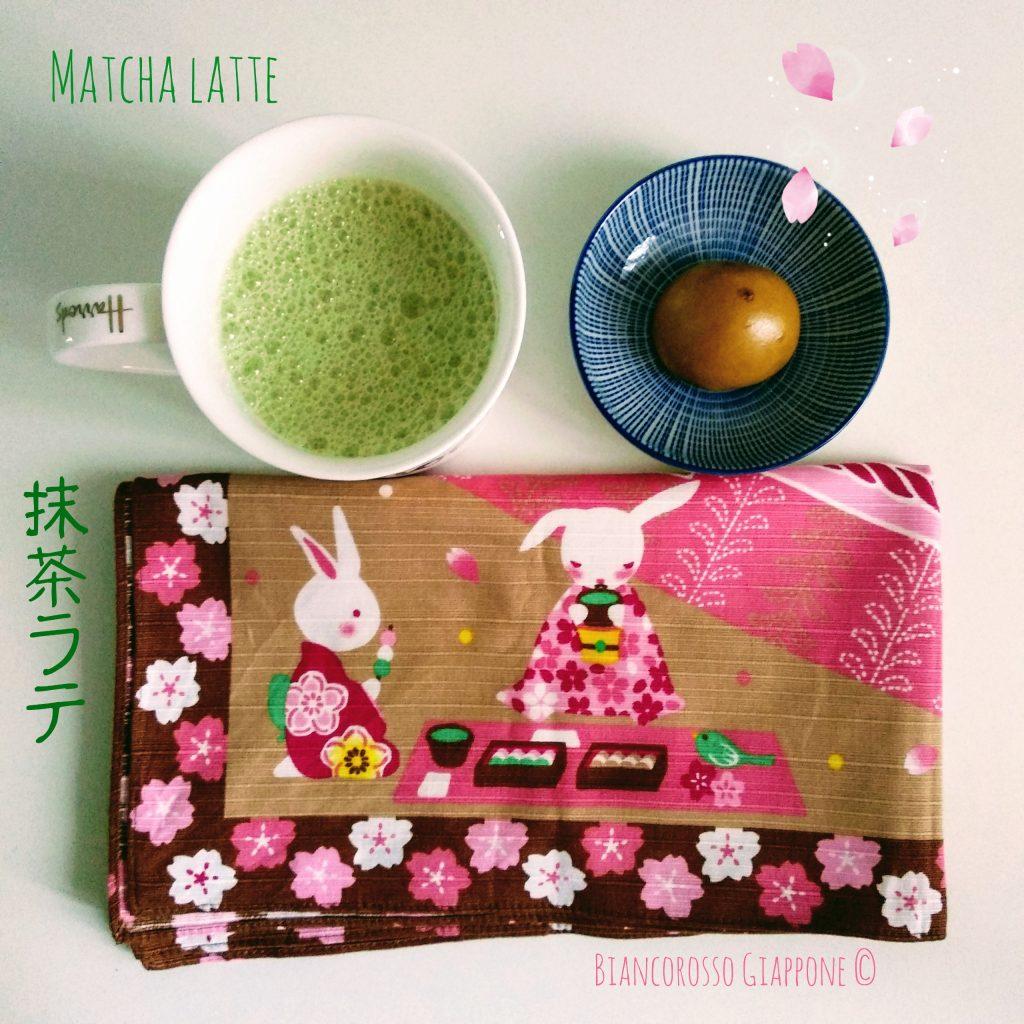 Merenda giapponese con matcha latte e kokuto-manju